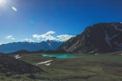 Ansicht vom Durchlauf zum ausgezeichneten See in den Bergen des Kaukasus In der Nähe gibt es Zelte Stockbild