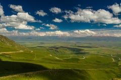 Ansicht vom Durchlauf zum grünen Tal und zu den Bergen Lizenzfreie Stockbilder