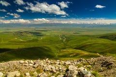Ansicht vom Durchlauf zum grünen Tal und zu den Bergen Lizenzfreie Stockfotos