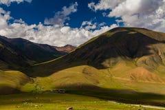 Ansicht vom Durchlauf zum grünen Tal und zu den Bergen Lizenzfreie Stockfotografie