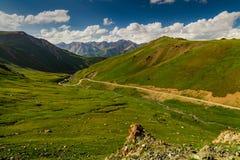 Ansicht vom Durchlauf zum grünen Tal und zu den Bergen Stockfoto