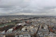 Ansicht vom Eiffelturm an einem bewölkten Tag lizenzfreie stockfotografie