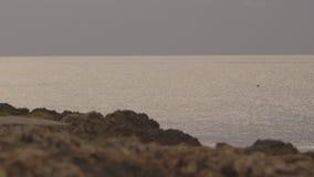 Ansicht vom Felsen des ruhigen Meeres stock video footage