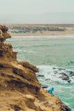 Ansicht vom Felsen zum auf den Strand zu setzen Stockfoto