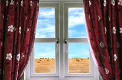 Ansicht vom Fenster auf Ackerland Stockfoto