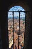 Ansicht vom Fenster auf Asinelli-Turm lizenzfreie stockfotografie