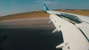 Ansicht vom Fenster auf dem Flügel eines Flugzeuges, das niedrig zu Boden und die Landung am Flughafen fliegt stock video