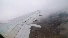 Ansicht vom Fenster auf dem Flügel eines Passagierflugzeugfliegens niedrig über den Wolken stock video