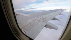Ansicht vom Fenster auf dem Flügel eines Passagierflugzeugfliegens niedrig über den Wolken stock footage