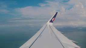 Ansicht vom Fenster der Fläche Flügel eines Flugzeugflugwesens über den Wolken Reisen auf dem Luftweg stock video