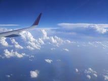 Ansicht vom Fenster der Flugzeuge auf den Wolken lizenzfreie stockfotos