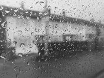 Ansicht vom Fenster der rauen Stadt Stockbild