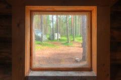 Ansicht vom Fenster der Waldhütte Stockfotografie
