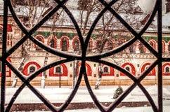 Ansicht vom Fenster des alten Palastes Stockbild