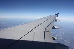 Ansicht vom Fenster eines Flugzeug-Flugzeug-Flügels Stockbild
