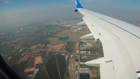 Ansicht vom Fenster von Jet Airplane, die niedrig über die Stadt fliegt stock video