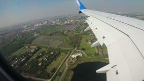Ansicht vom Fenster von Jet Airplane, die niedrig über die Stadt fliegt stock footage