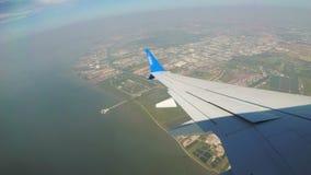 Ansicht vom Fenster von Jet Airplane, die niedrig über die Stadt fliegt stock video footage