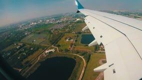 Ansicht vom Fenster von Jet Plane auf der Bangkok-Stadt-Landschaft stock footage