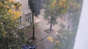 Ansicht vom Fenster zur Straße stock footage