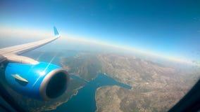 Ansicht vom Flugzeug auf dem Land und dem Meer