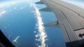 Ansicht vom Flugzeug-Fenster auf einer Landschaft von Wolken stock footage