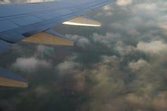 Ansicht vom Flugzeug Flügel mit Wolken stockbilder