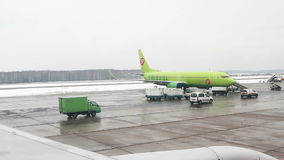 Ansicht vom Flugzeug zum internationalen Flughafen Domodedovo stock video