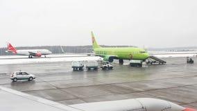 Ansicht vom Flugzeug zum internationalen Flughafen Domodedovo stock video footage