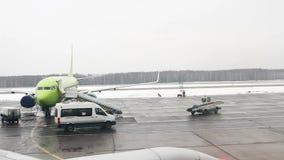 Ansicht vom Flugzeug zum internationalen Flughafen Domodedovo stock footage
