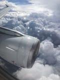 Ansicht vom Flugzeugfenster auf Strahltriebwerk, Flügel und Kumulus clou Stockfotos