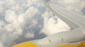 Ansicht vom Flugzeugfenster an den Kumuluswolken stock video footage
