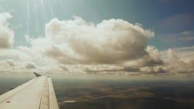 Ansicht vom Flugzeugfenster Fliegen unter die Wolken stock footage