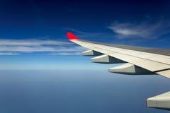 Ansicht vom Flugzeugfenster mit blauem Himmel Lizenzfreie Stockfotos