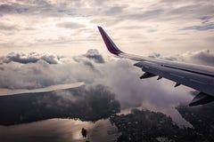 Ansicht vom Flugzeugfenster Schattenbild des kauernden Geschäftsmannes Stockbilder
