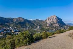 Ansicht vom Gebirgssteinigen Weg auf Dickicht, Marinestadt nahe Schwarzem Stockfoto