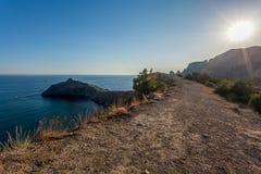 Ansicht vom Gebirgssteinigen Weg mit Büschen auf felsiger Halbinsel, MO Lizenzfreie Stockbilder