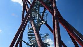 Ansicht vom Gebrüll zu hohem auf Beobachtungsausblickturm Hölzerner Beobachtungsausblickturm stock footage
