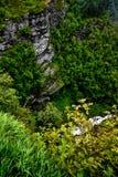 Ansicht vom Gipfel der Berge um Geiranger und den Fjord mit einem tiefen Abgrund, der Klippen und des Flusses an der Unterseite Lizenzfreies Stockbild