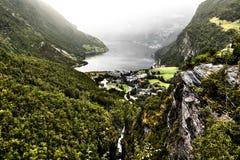 Ansicht vom Gipfel der Berge um Geiranger und vom Fjord mit einem tiefen Abgrund Stockfotografie