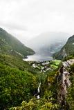 Ansicht vom Gipfel der Berge um Geiranger und vom Fjord mit einem tiefen Abgrund Stockfoto