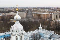 Ansicht vom Glockenturm der Smolny-Kathedrale auf Suvorovsky-Allee in St Petersburg Stockfotos