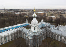 Ansicht vom Glockenturm des Smolny u. des x28; Resurrection& x29; Kathedrale in St Petersburg Stockbilder