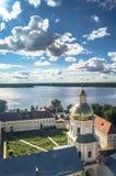 Ansicht vom Glockenturm in Richtung zur Tor-Kirche der St.-Apostel Peter und Paul im Nilov-Kloster, Russland Lizenzfreie Stockfotos