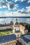 Ansicht vom Glockenturm in Richtung zur Tor-Kirche der St.-Apostel Peter und Paul im Nilov-Kloster, Russland Stockfotos