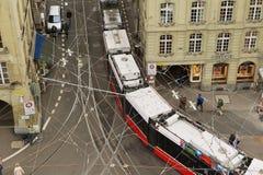 Ansicht vom Glockenturm zur Tram, die durch die Straße in Bern, die Schweiz überschreitet Stockfotos