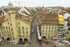 Ansicht vom Glockenturm zur Tram, die durch die Straße in Bern, die Schweiz überschreitet Stockfotografie