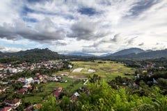 Ansicht vom Hügel über Rantepao-Stadt Stockbild