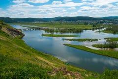 Ansicht vom Hügel zum Fluss Stockfotografie