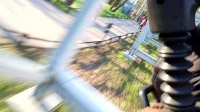 Ansicht vom Hetzen des Anhängers reitet eine Achterbahn am Vergnügungspark Divo Ostrov in St Petersburg Russland stock footage